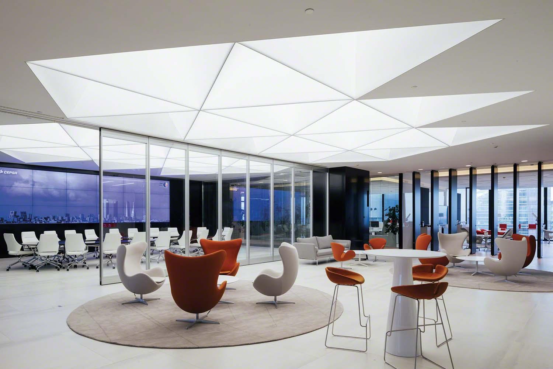 светящийся потолок в здании