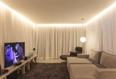 белый с подсветкой на краях потолок