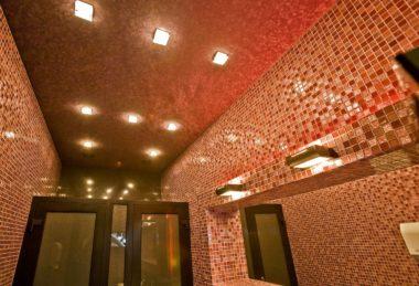 подсветка на красном потолке