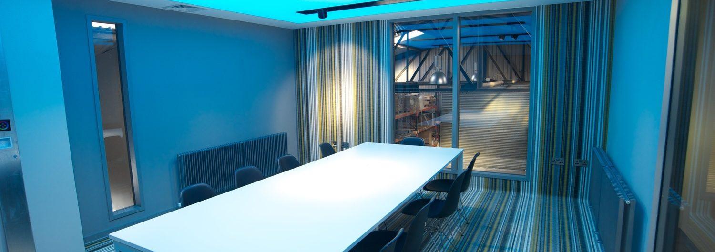 голубой светлый натяжной в офисе