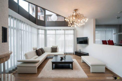 белый потолок гостиная комната