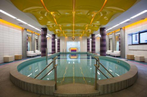 желтый выпуклый глянец потолок бассейн