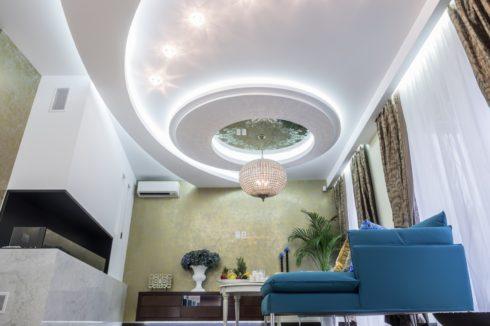 белый многоуровневый потолок с подсветкой