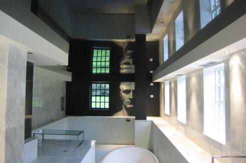 зеркальный потолок ванная