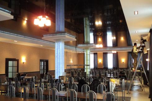 черный глянцевый потолок в столовой