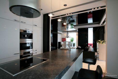 черный потолок на кухне