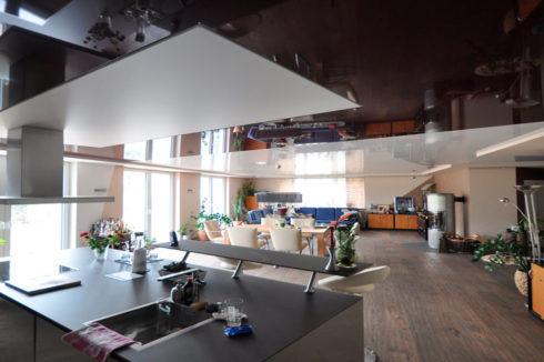 черный потолок для кухни
