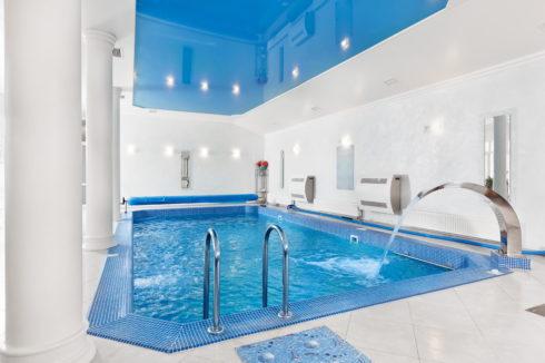 синий потолок над басейном