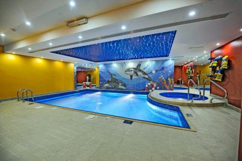 бассейн с синим потолком