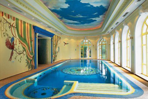 бассейн с небом на потолке