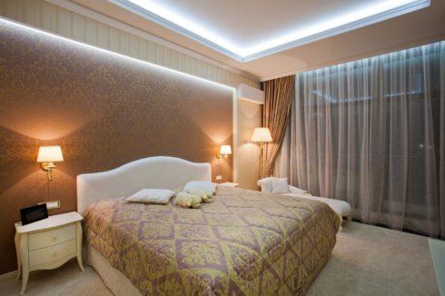 белый потолок многоуровневый подсветка