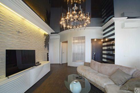 черный глянцевый потолок в гостиной