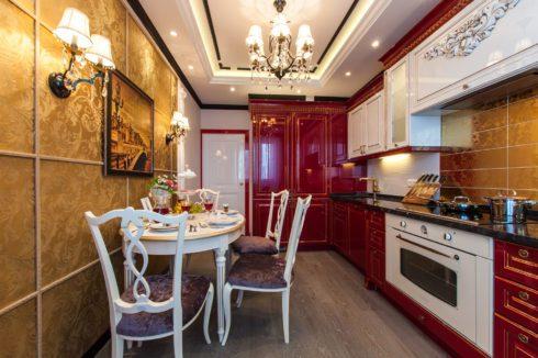 белый потолок с люстрой на кухне