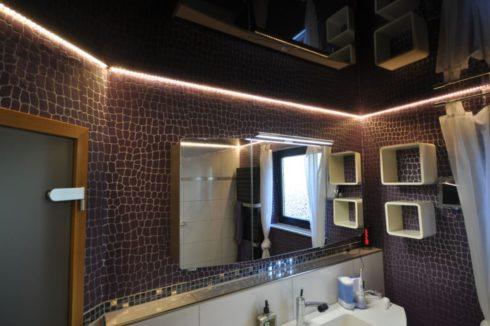 ванная с коричневым потолком