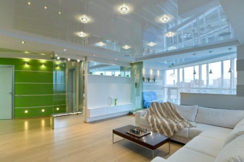 белый глянцевый потолок в квартире