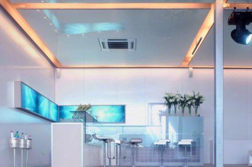 комната со стеклянными столами