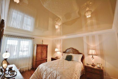 песочный глянцевый потолок
