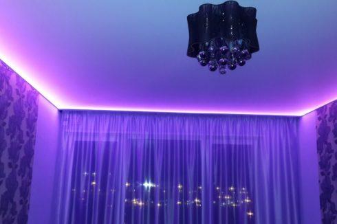 Фиолетовая подсветка в комнате