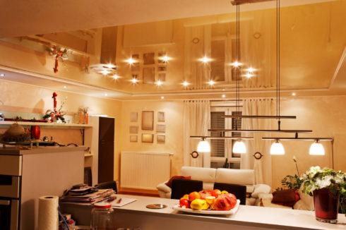 золотой потолок в гостиной