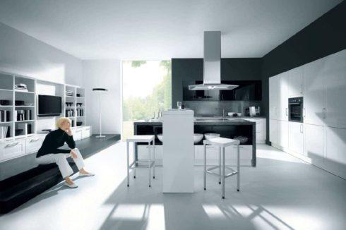 Черно-белая кухня с женщиной