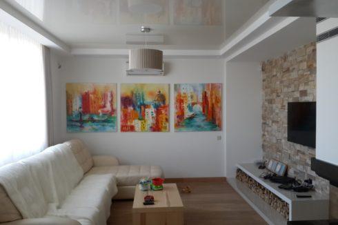 глянцевый белый потолок в гостиной