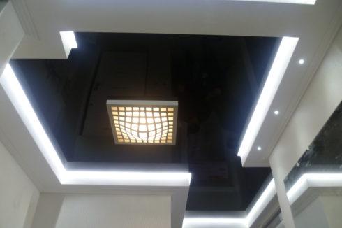черный потолок с белой подсветкой