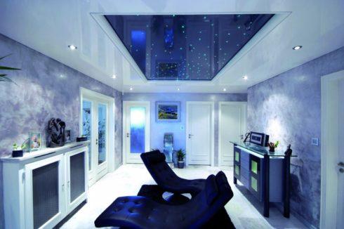 синий потолок в белой комнате