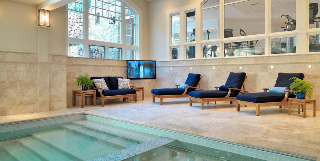 белый потолок бассейн