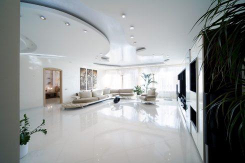 белый глянцевый потолок натяжной