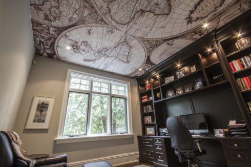 комната с развернутым глобусом на потолке