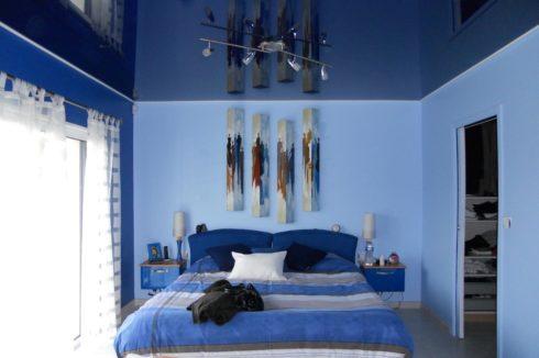 темно-синий глянцевый потолок