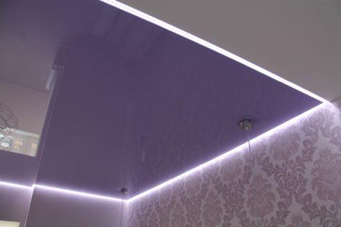 фиолетовый потолок с подсветкой