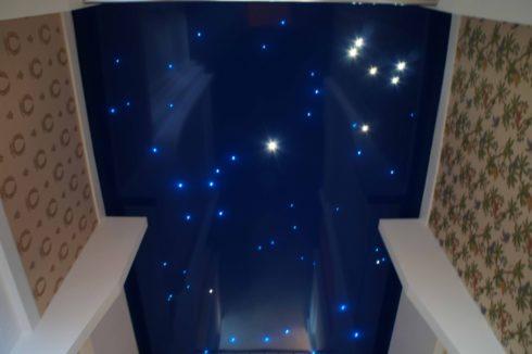 темно-синий потолок с точечной подсветкой