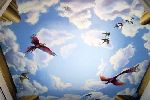 потолок с попугаями