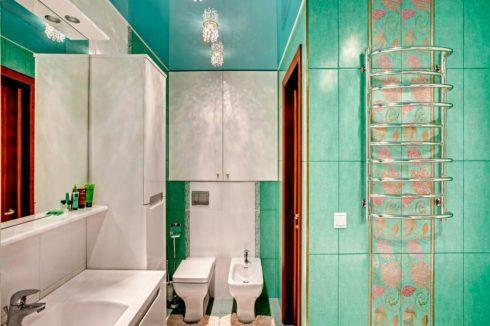 потолок в ванной голубого оттенка