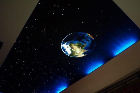 потолок космический с планетой