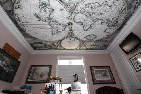 потолок с развернутым глобусом