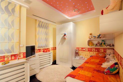 Оранжевый потолок в детской