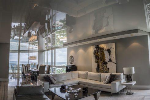 серый одноуровневый потолок