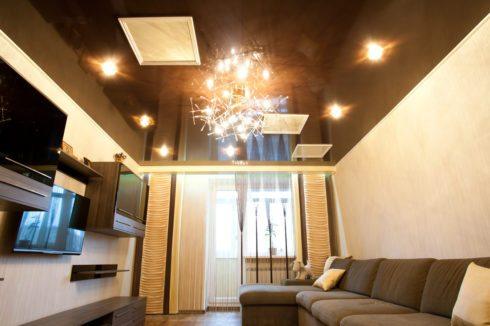 коричневый потолок одноуровневый