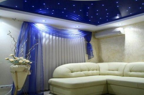 темно синий и белый потолок