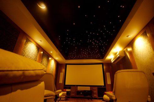 Кинотеатр с точечной подсветкой на потолке