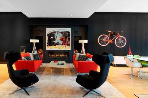Черная комната с красными элементами