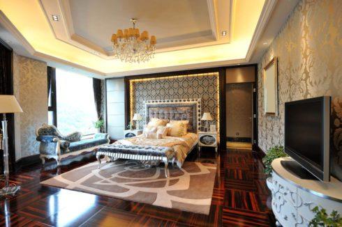 фигурный серый потолок в спальне