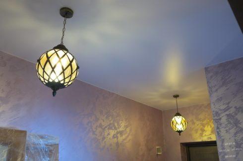 комната с круглыми люстрами