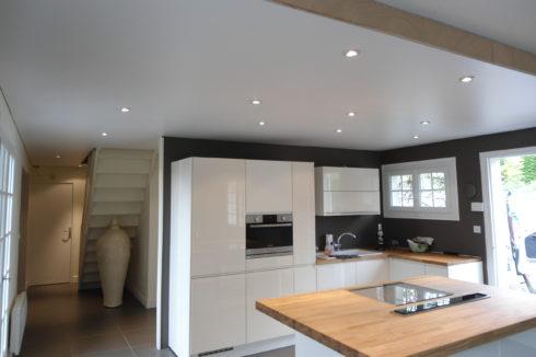Кухня с белыми стенами