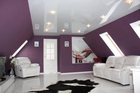 белый потолок в фиолетовой комнате