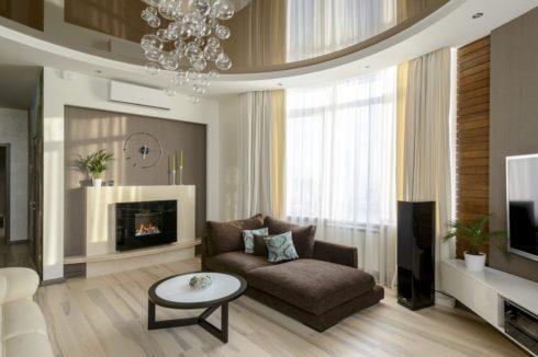 коричневый потолок в комнате