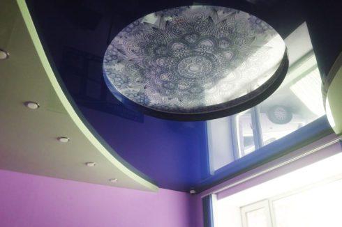 темно-синий глянец потолок