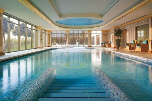бассейн с уровневым потолком